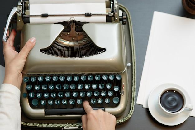 Zbliżenie kawy i rąk do pisania