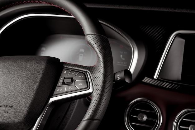 Zbliżenie kierownicy w nowym samochodzie suv z cyfrowym wyświetlaczem prędkościomierza
