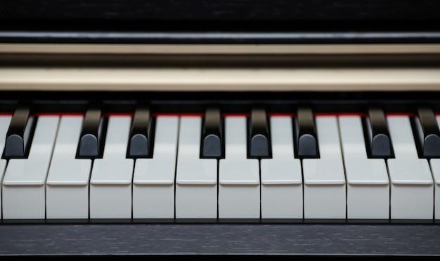 Zbliżenie klawiszy cyfrowego pianina elektrycznego