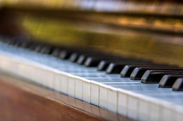 Zbliżenie klawiszy fortepianu. zamknij widok z przodu.