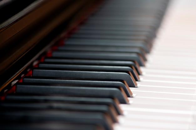 Zbliżenie klawiszy fortepianu.