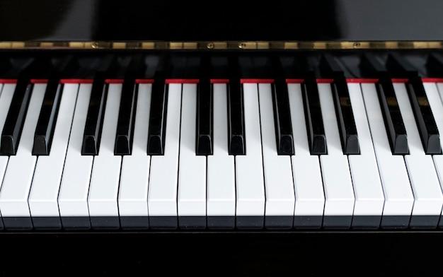 Zbliżenie klawiszy fortepianu