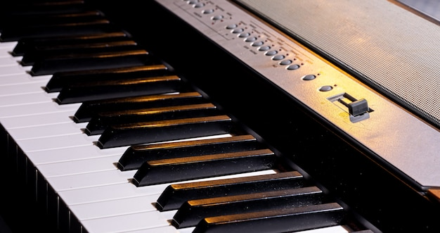 Zbliżenie klawiszy syntezatora lub pianina elektronicznego.