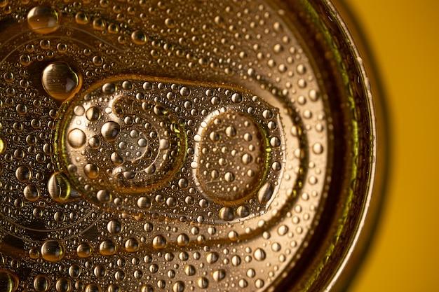 Zbliżenie klucza na metalowej puszce do napojów.