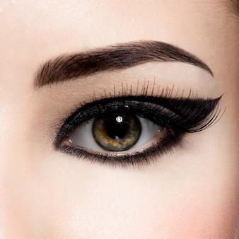 Zbliżenie kobiece oko makijaż kreatywnych moda. brązowy cień do powiek