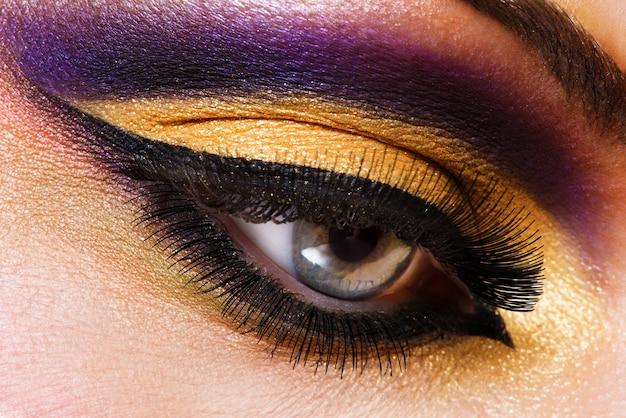 Zbliżenie kobiece oko z jasny makijaż moda piękny