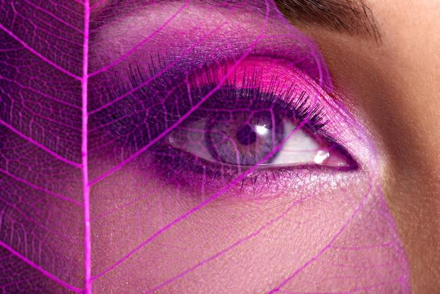Zbliżenie kobiece oko z jasny różowy makijaż moda piękny