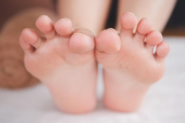 Zbliżenie kobiecego palca w koncepcji opieki zdrowotnej stóp.