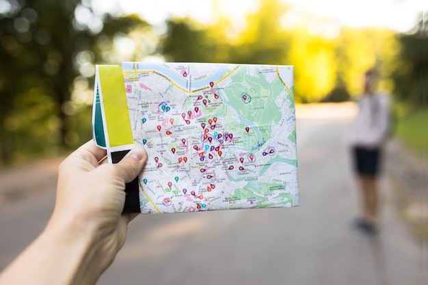 Zbliżenie kobiecej ręki trzymającej mapę miasta turystycznego wilna