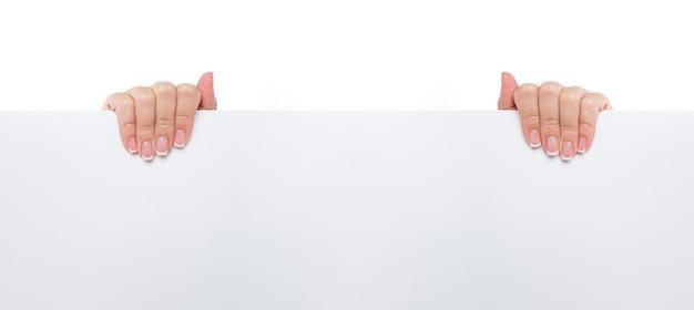 Zbliżenie kobiecej ręki trzymającej pustą kartę reklamową na białym tle