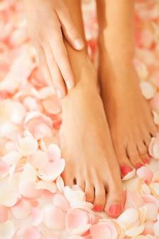 Zbliżenie kobiecych rąk i nóg