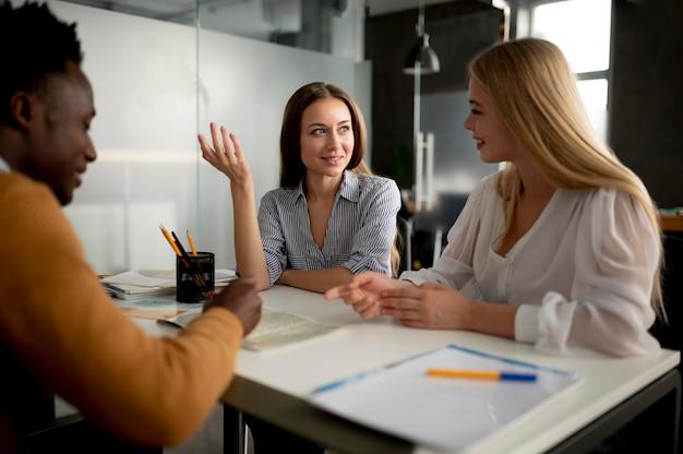 Zbliżenie kobiet rozmawiających z biurem podróży