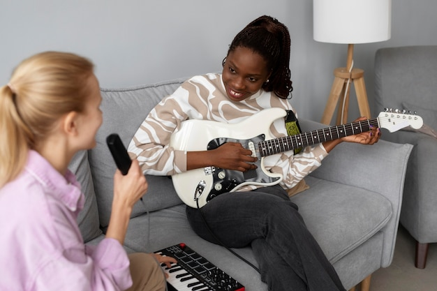 Zbliżenie kobiet śpiewających razem