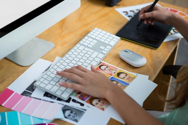 Zbliżenie: kobieta grafik pracujący przy biurku