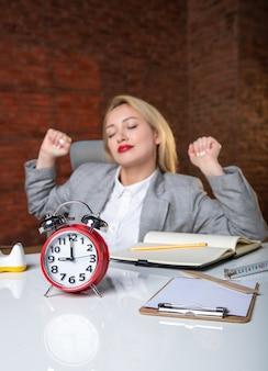 Zbliżenie kobieta inżynier siedzi za swoim miejscem pracy