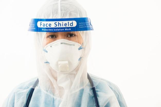 Zbliżenie kobieta lekarz personelu medycznego w mundurze ppe na sobie maskę