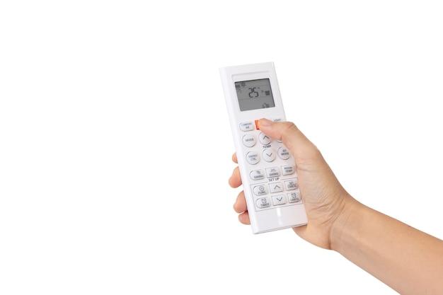 Zbliżenie kobieta prawej ręki użyj przycisku naciśnięcia palca na białym pilocie zdalnego sterowania na białym tle