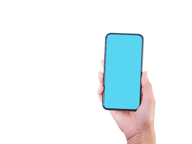 Zbliżenie: kobieta ręki trzymającej smartfon z pustym ekranem, makiety na białym tle