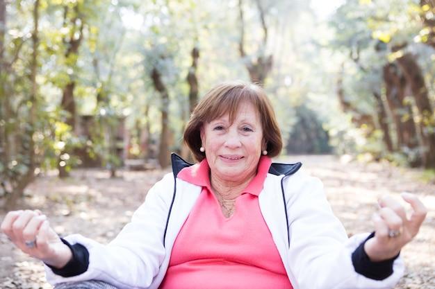 Zbliżenie kobieta relaks z jogą