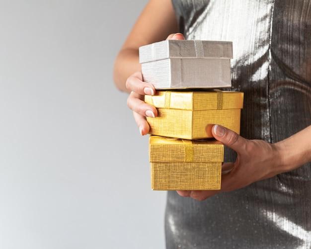 Zbliżenie kobieta trzyma czarnych piątków prezenty
