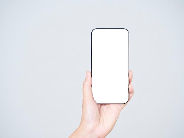 Zbliżenie: kobieta trzyma smartfon z pustym ekranem