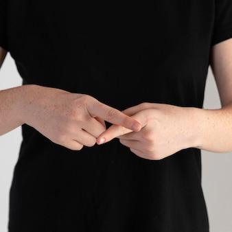 Zbliżenie kobieta uczy języka migowego