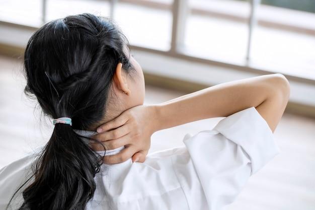 Zbliżenie kobieta z bólem szyi i ramion i urazami