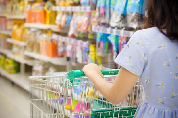 Zbliżenie kobieta z wózek na zakupy