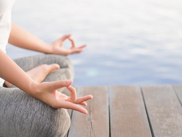 Zbliżenie kobiety azjatykci joga w plenerowym tle