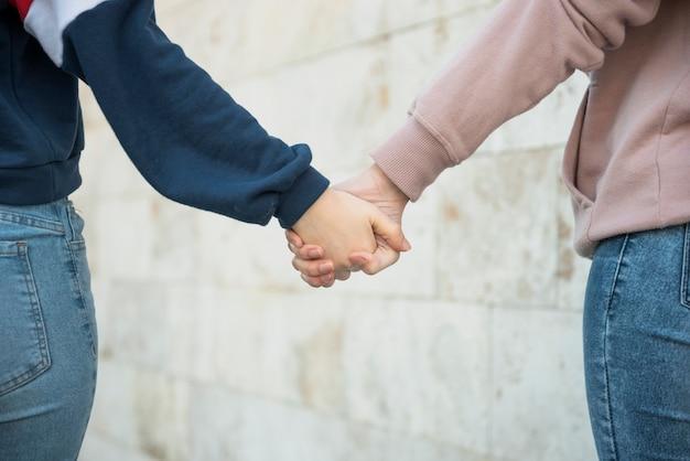 Zbliżenie kobiety chodzenie trzymając ręce