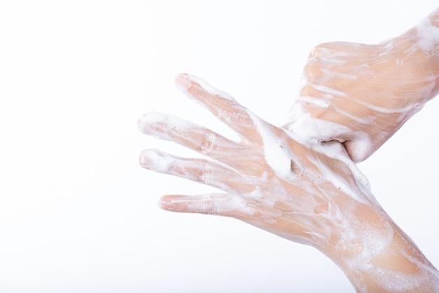 Zbliżenie kobiety domycia ręki z mydłem.
