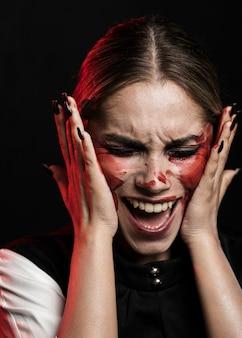 Zbliżenie kobiety krzyczeć