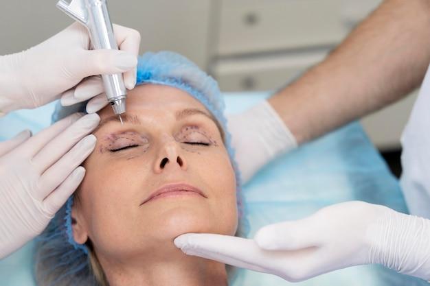 Zbliżenie kobiety podczas operacji plastycznej