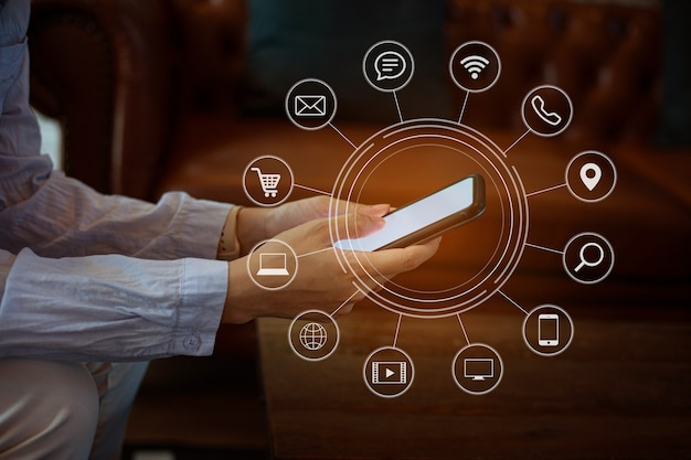 Zbliżenie kobiety ręka za pomocą inteligentnego telefonu płatności online zakupy z graficzną ikoną