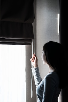 Zbliżenie kobiety ręki otwarcia zasłona