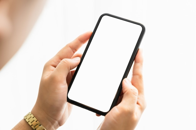 Zbliżenie kobiety ręki trzymającej smartfon i ekran jest pusty, koncepcja sieci społecznej.