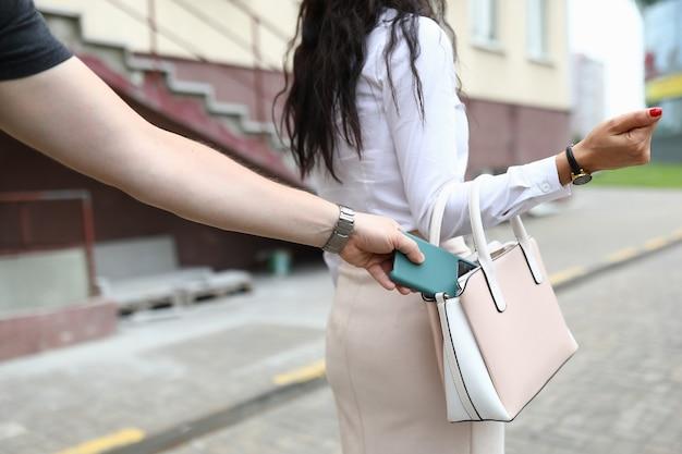 Zbliżenie kobiety spaceru na ulicy