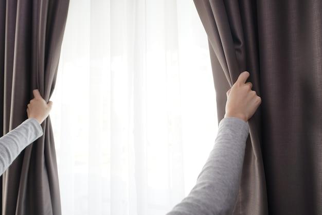 Zbliżenie kobiety strony otwarcie kurtyny