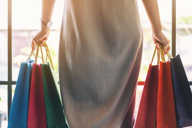 Zbliżenie kobiety trzymającej kolorowe torby na zakupy