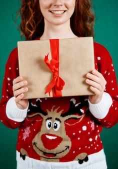 Zbliżenie kobiety trzymającej prezent gwiazdkowy