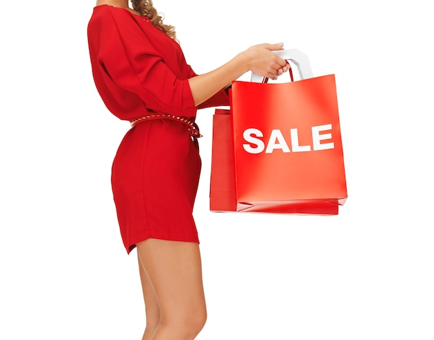 Zbliżenie kobiety trzymającej torby na zakupy