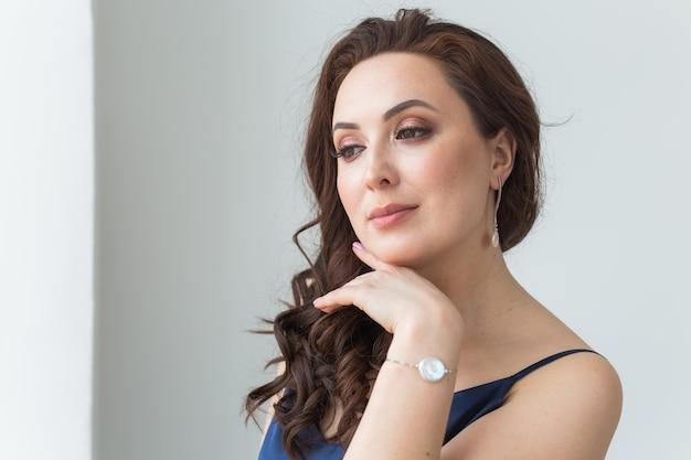 Zbliżenie kobiety ubrane w biżuterię, biżuterię i akcesoria.