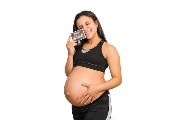 Zbliżenie kobiety w ciąży trzymającej zdjęcie usg dziecka. koncepcja ciąży i macierzyństwa.