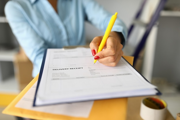 Zbliżenie kobiety wypełnienie dokumentu odbioru dostawy