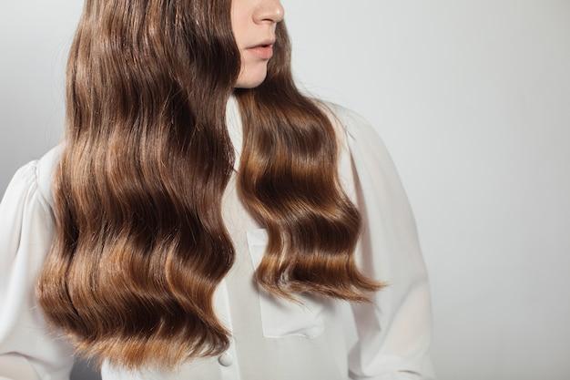 Zbliżenie kobiety z fryzurą coiffeur na białym tle