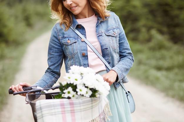Zbliżenie kobiety z rowerem
