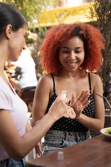 Zbliżenie kobiety za pomocą środka dezynfekującego