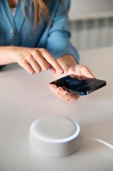 Zbliżenie kobiety za pomocą wirtualnego asystenta