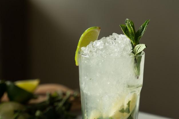 Zbliżenie koktajl mojito w barze koktajl mojito z miętą i limonką