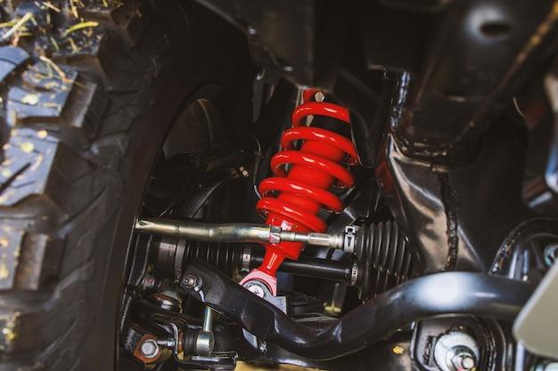 Zbliżenie koła i amortyzatory z naprawą zawieszenia w samochodzie.